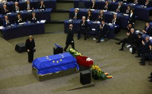 Χέλμουτ Κολ: Η μαυροφορεμένη Μέρκελ και η ψυχρή χειραψία με τη χήρα του [pics, vids]