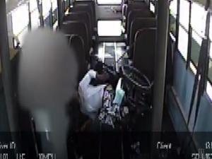 Ανάπηρη μαθήτρια αβοήθητη μέσα σε σχολικό! Εξοργιστικό βίντεο