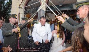 Κοζάνη: Απίθανος στρατιωτικός γάμος με καψόνια στον γαμπρό! [vid]