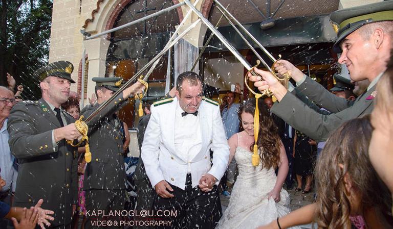 Κοζάνη: Απίθανος στρατιωτικός γάμος με καψόνια στον γαμπρό! [vid]   Newsit.gr