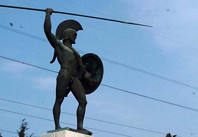 Αυτοκίνητο παρέσυρε γυναίκα μπροστά από το άγαλμα του Λεωνίδα στις Θερμοπύλες | Newsit.gr