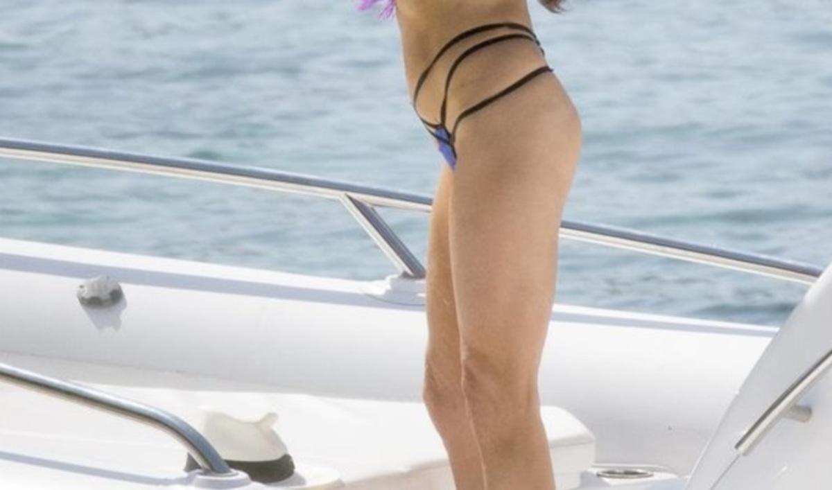 Η …γυμνή αλήθεια της παρουσιάστριας! Γύρισε πλάτη και τα σχοινάκια δεν άφησαν τίποτα στη φαντασία! | Newsit.gr