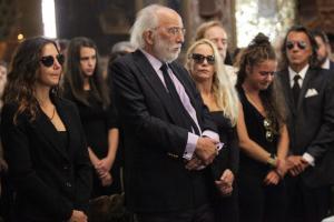 Κηδεία Ζωής Λάσκαρη: Ο σπαραγμός της Ζένιας και το «άδειο» βλέμμα του Αλέξανδρου Λυκουρέζου [pics]