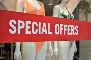 Ανοιχτά μαγαζιά την Κυριακή με εκπτώσεις – Δείτε τι ισχύει