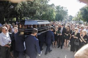 Το τευλευταιο »αντίο» στον Κώστα Μουρσελά – Πλήθος κόσμου στο νεκροταφείο της Κηφισιάς [pics]