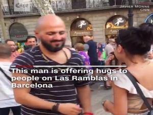 """Βαρκελώνη: """"Δεν είμαι τρομοκράτης""""! Μουσουλμάνος μοιράζει… αγκαλιές στην Λας Ράμπλας [vid]"""