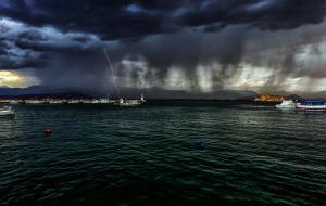 Καιρός: Ο «Μίνωας» σαρώνει τη χώρα και αδειάζει τις παραλίες! Καταιγίδες, ακόμα και χαλάζι