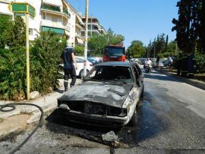 Απίστευτες εικόνες στη Νέα Σμύρνη: Αυτοκίνητο πήρε φωτιά εν κινήσει