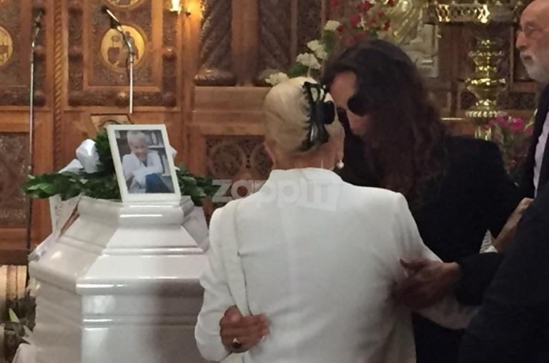 Λύγισε η Νόνικα Γαληνέα μπροστά στο φέρετρο της Ζωής Λάσκαρη! Την κράτησε η Μαρία Ελένη Λυκουρέζου [pics] | Newsit.gr