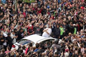 Λαοθάλασσα οπαδών στο σπίτι του άτυχου ποδοσφαιριστή του Άγιαξ, Νούρι! Συγκλόνισαν πατέρας και αδελφός [pics, vids]