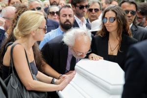Ζωή Λάσκαρη Κηδεία: Συντετριμμένος ο Αλέξανδρος Λυκουρέζος – Την αποχαιρέτισε με ένα φιλί