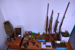 Από όπλα και σφαίρες μέχρι χειροβομβίδες! Αυτά έκρυβε στο σπίτι του στις Σέρρες [pics]
