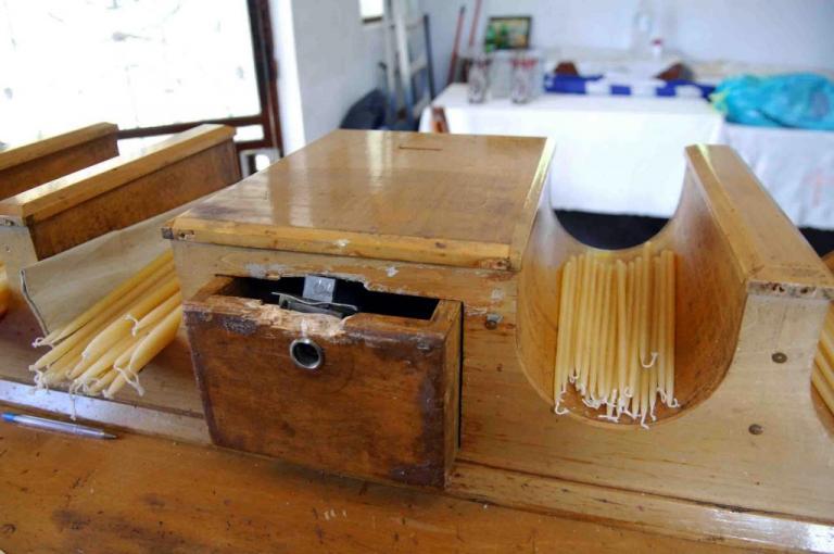 Λάρισα: Ο κλέφτης άδειαζε το παγκάρι αλλά η κάμερα τον κατέγραφε | Newsit.gr