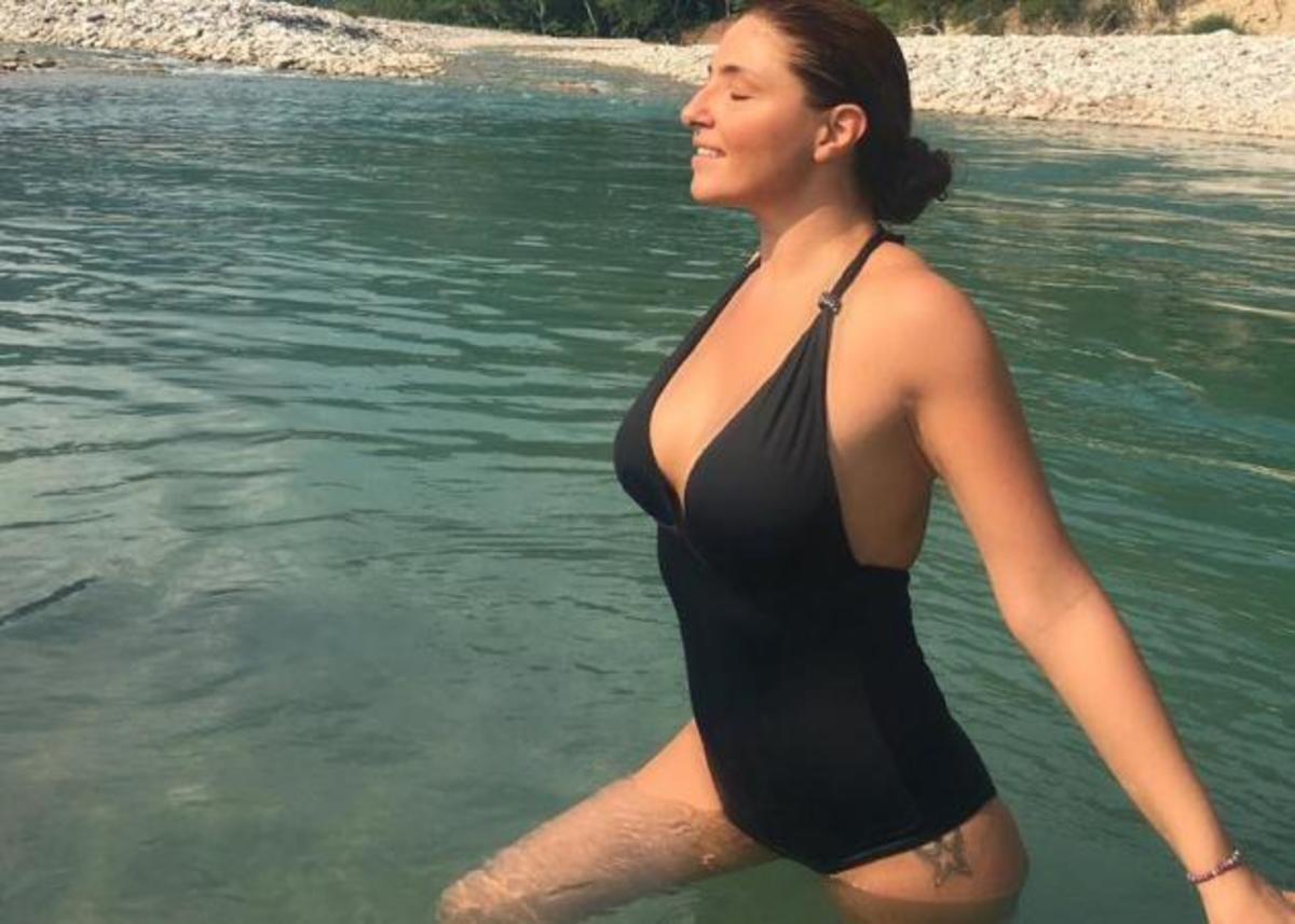 963baf1da9 Έλενα Παπαρίζου  Κάνει βουτιές στο ποτάμι και κολάζει με το ολόσωμο μαγιό   vid