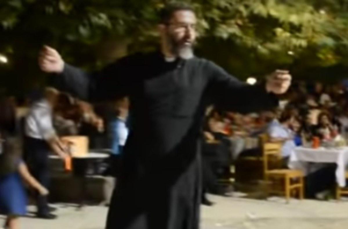 Κρήτη: Ο χορός του παπά ξεσήκωσε τους πάντες – Η λύρα τον έκανε να σηκωθεί από τη θέση του [vid] | Newsit.gr