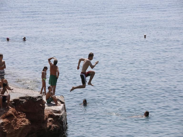 Καιρός: Δεν λέει να φύγει το καλοκαίρι – Σε υψηλά επίπεδα η θερμοκρασία και την Τρίτη | Newsit.gr