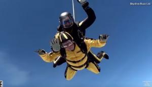 Είναι 101 χρονών και έκανε sky diving! [vid]