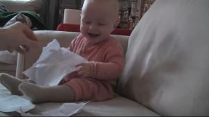 Μωρό ξεκαρδίζεται με τα κομμένα χαρτιά!