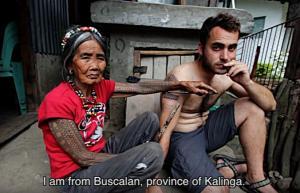 Η 99χρονη που «χτυπά» τατουάζ σε τουρίστες από όλον τον κόσμο