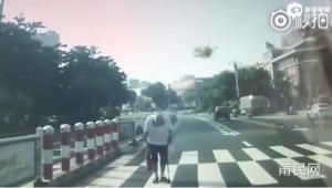Αυτοκίνητο σταμάτησε για να περάσει πεζός από την διάβαση. Δείτε τι έκανε για να τον ευχαριστήσει!
