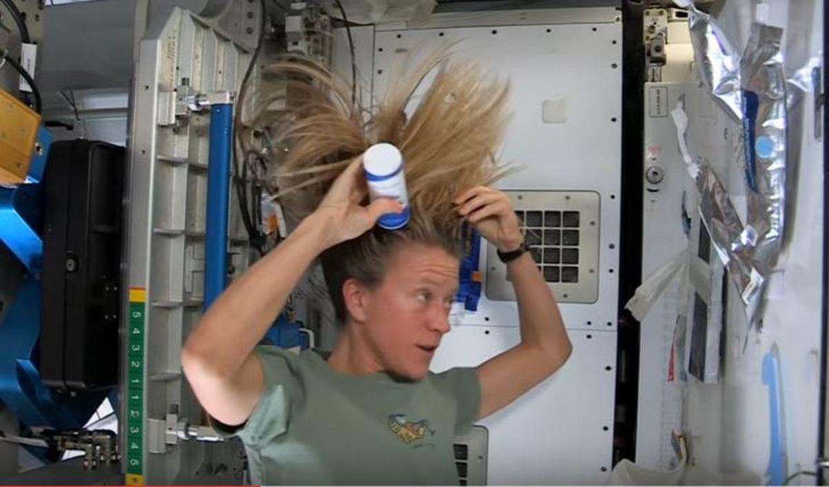 Και κάπως έτσι λούζουν τα μαλλιά τους στο διάστημα | Newsit.gr