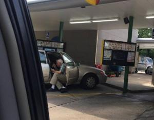 Παππούς ταΐζει την ηλικιωμένη σύζυγό του – Η φωτογραφία κάνει τον γύρο του διαδικτύου