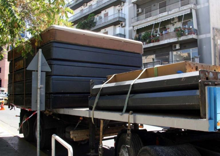Θεσσαλονίκη: Απομακρύνουν τις παράνομες διαφημιστικές πινακίδες | Newsit.gr
