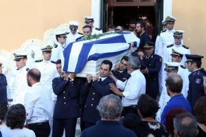 Πλήθος κόσμου »αποχαιρέτησε» τον αδικοχαμένο Ανθυποπυραγό – Θρήνος στην κηδεία του στην Κέρκυρα [pics]
