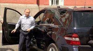 """Η """"γυναίκα με τα κόκκινα"""" και ο Βλαντιμίρ Πούτιν βάζουν… """"φωτιά"""" [vids]"""