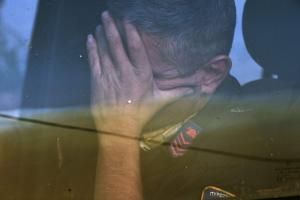 Φωτιές στην Αττική: Η εικόνα του πυροσβέστη που συγκλονίζει