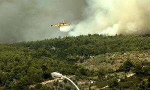Φωτιά στην Αττική: Καίει ακόμα! Θέλουν να προλάβουν τους ανέμους!