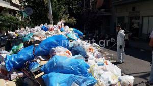 Ψεκασμένα σκουπίδια στους δρόμους ενόψει καύσωνα [pics]