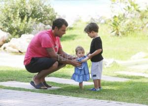 Στέλιος Χανταμπάκης: Παιχνίδια με τα παιδιά του στην Ρόδο! [pics]