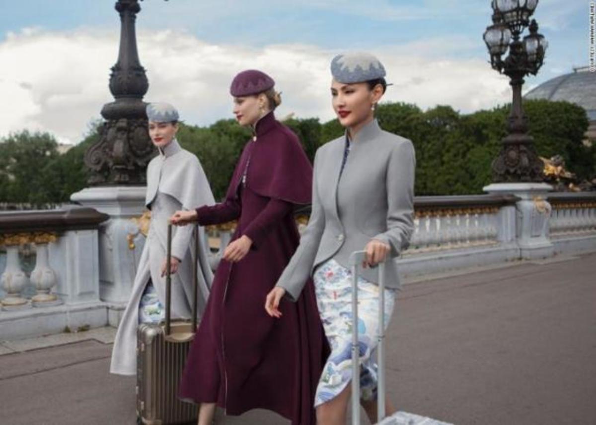 Κινέζικη αεροπορική εταιρεία ντύνει το πλήρωμά της… με στολές – δημιουργίες υψηλής ραπτικής! | Newsit.gr