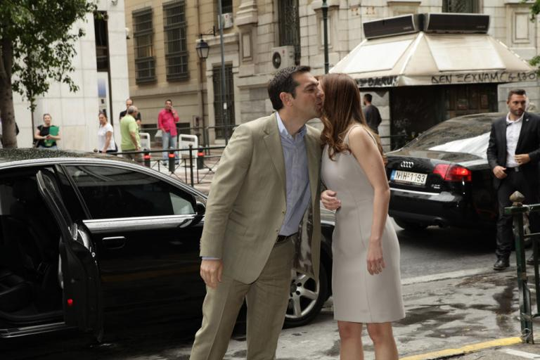 Με ένα φιλί υποδέχτηκε τον Αλέξη Τσίπρα η Έφη Αχτσιόγλου [pics] | Newsit.gr