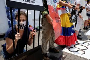 """Βενεζουέλα: Στις κάλπες με το αίμα ακόμη """"νωπό"""" [pics]"""