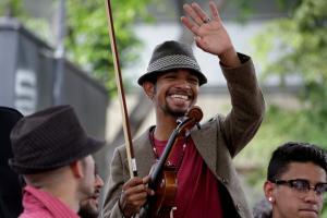 Ελεύθερος ο βιολιστής της Βενεζουέλας! Τον έδειραν με το βιολί του [pics, vids]