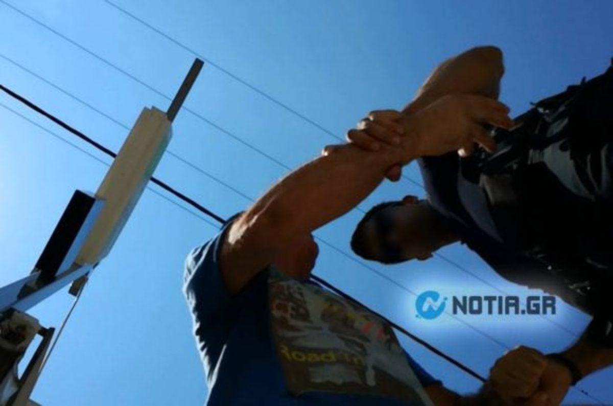 Αστυνομική αυθαιρεσία! Γνωστός δημοσιογράφος βρέθηκε στο τμήμα Αλίμου με χειροπέδες! [pics, vid] | Newsit.gr
