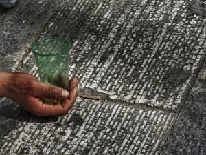 Σάλος στην Κοζάνη: Μπουγέλωσαν ανήλικη ζητιάνα από το παράθυρο της Μητρόπολης!