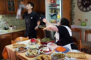 Κρήτη: Η… αθάνατη Ελληνίδα μάνα ξαναχτυπά και ρίχνει το διαδίκτυο – Την πάτησε ο γιος της [vids]