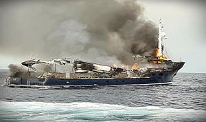 Ζάκυνθος: Τα ντοκουμέντα της φωτιάς σε θαλαμηγό – Έπεσαν στη θάλασσα όλοι για να σωθούν [pics]