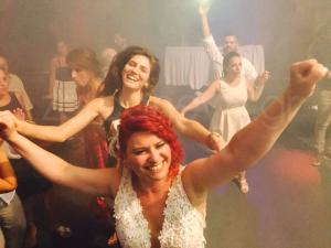 Κρήτη: Γάμος με κοκκινοσκουφίτσες και 7 νάνους – Η νύφη έλαμψε στον παραμυθένιο γάμο [pics, vid]