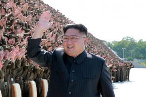 Βόρεια Κορέα: Όλοι μαζί και ο Κιμ Γιονγκ Ουν μόνος