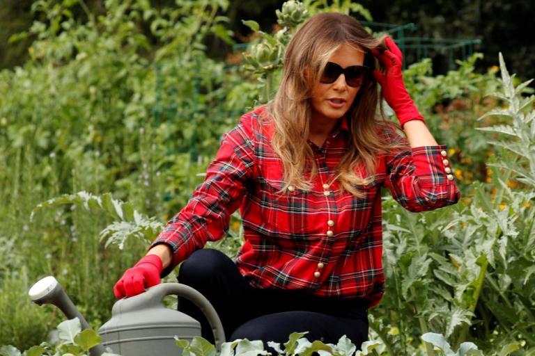 Μελάνια Τραμπ: Mε υπέροχη εμφάνιση ασχολείται και με την κηπουρική - ΕΙΚΟΝΕΣ