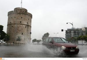 Θεσσαλονίκη: Πλημμύρες, τροχαία και εγκλωβισμοί από την κακοκαιρία – Οι εικόνες της καταιγίδας [pics, vids]