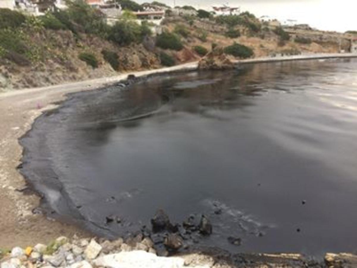 Σαλαμίνα: Οι εικόνες της θαλάσσιας ρύπανσης – Πετρέλαιο και πίσσα μετά τη βύθιση πλοίου | Newsit.gr
