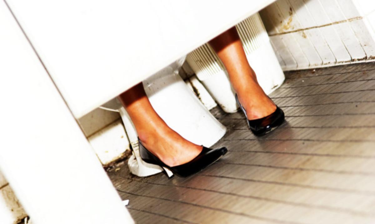 Δημόσιες τουαλέτες: Ποιος είναι ο πιο υγιεινός τρόπος να κάθεστε [vid] | Newsit.gr