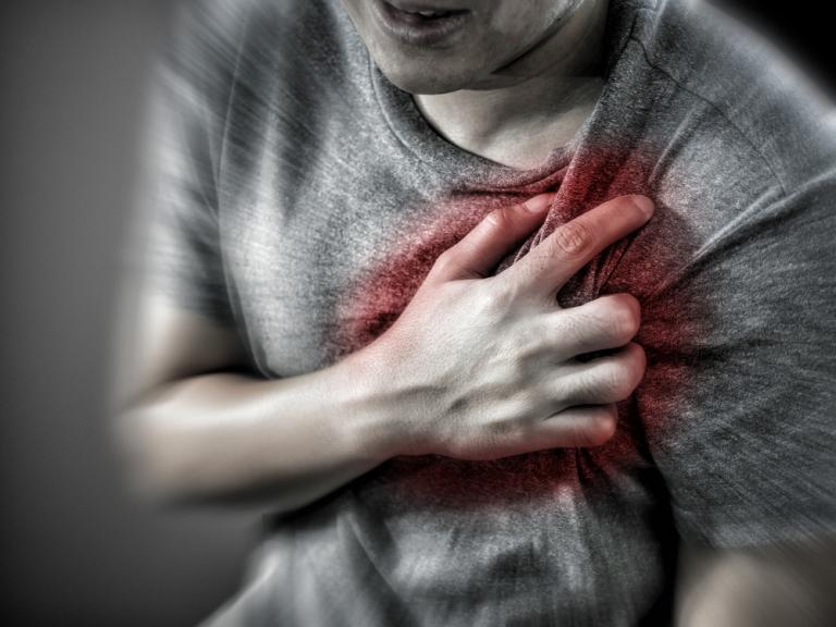 Πόνος στο στήθος από αυξημένο άγχος: Τι πρέπει να ξέρετε – Πότε οφείλεται στην καρδιά! | Newsit.gr