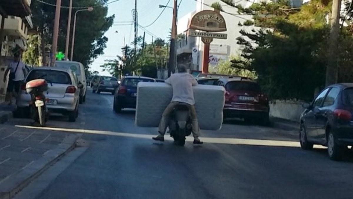 Κρήτη: Οδηγούσε έτσι και έγινε πρωταγωνιστής στα social media – Η μόδα με τα στρώματα [pics] | Newsit.gr