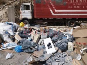 Ηράκλειο: Εικόνες ντροπής – Αυτοσχέδια χωματερή ενός χιλιομέτρου στην Φοινικιά [pics]